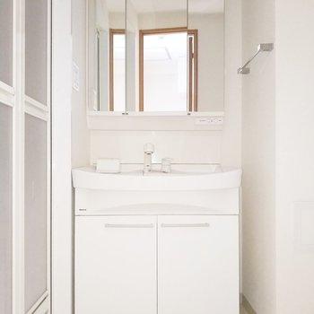 サニタリールームは独立洗面台がお出迎え。※クリーニング前・フラッシュ使用
