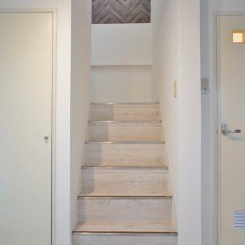 上のお部屋はこちらの階段で