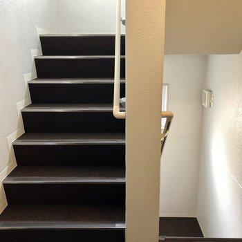 エレベーターもありますが、運動がてら階段でも◎