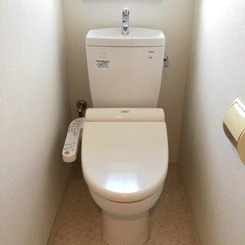 ウォシュレット付き。小窓があるトイレには拍手をしたい。(※写真は清掃前です)