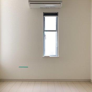 下のお部屋。エアコン付き!テレビ用コンセントここにもあります。(※写真は清掃前です)