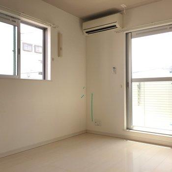 ベランダ側スペース。角部屋なので2面の窓で明るい◎エアコン下にテレビつなげます。(※写真は清掃前です)
