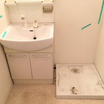 洗面台と洗濯パンは隣でコンパクトにまとまってます。(※写真は清掃前です)