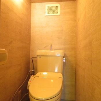 トイレには温水洗浄便座付き。いい雰囲気です