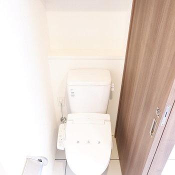 トイレ上に棚が。