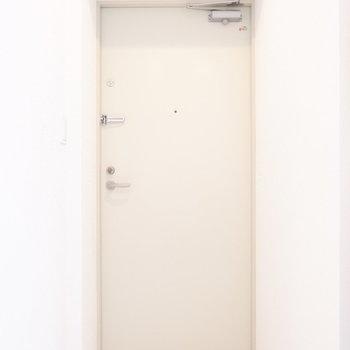 玄関はフラットにタイル貼り。