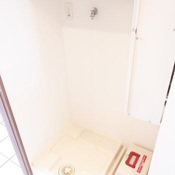 屋内洗濯機置場。上には洗剤を。