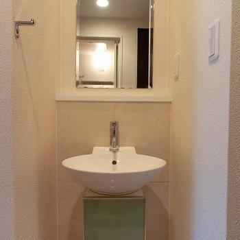 可愛らしい洗面台※写真は同間取り別部屋のものです。