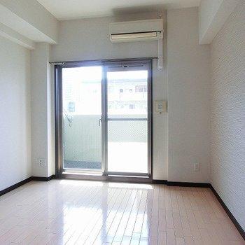 遮音性にも優れたフローリング※写真は同間取り別部屋のものです。