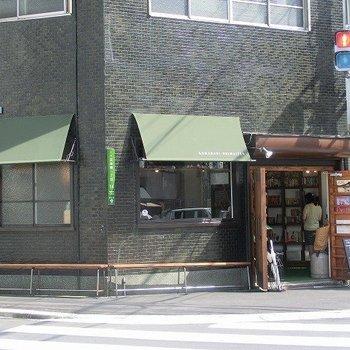 付近にはオシャレなブックカフェ