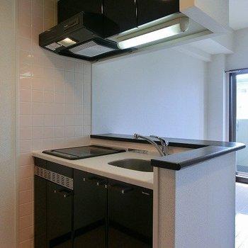 嬉しくもミニ冷蔵庫を完備!※写真は同間取り別部屋のものです。