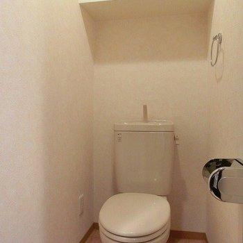 棚付きのおトイレ※写真は同間取り別部屋のものです。