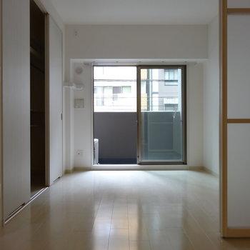 洋室はダブルベッド置いても余裕そうです※写真は類似間取り別部屋です。