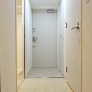 まっしろきれいな玄関口※写真は類似間取り別部屋です。