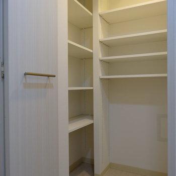 玄関にはウォークイン・シュークローゼット!靴が多い方どうぞ!※写真は類似間取り別部屋です。