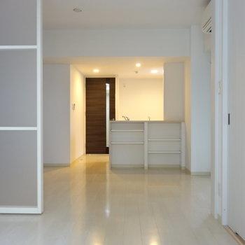 洋室からLDK。白くて広くて気持ちいい※写真は類似間取り別部屋です。