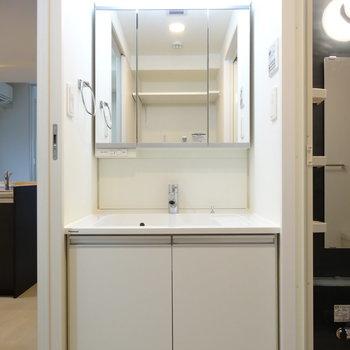 シンプルな洗面台、清潔感あります◎※写真は類似間取り別部屋です。