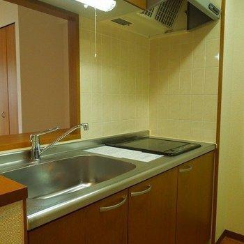 キッチンはゆったりめ。IHのコンロです。※写真は同間取り別部屋のものです。