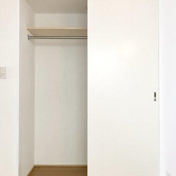 クローゼットは十分な大きさ。※写真は8階の同間取り別部屋です
