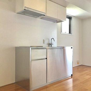 ここに冷蔵庫、あっちには棚も置けますね。※写真は8階の同間取り別部屋です