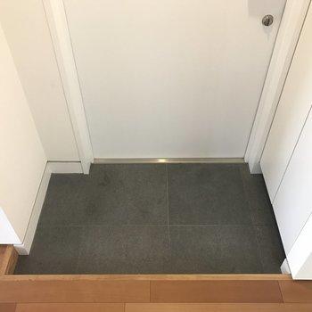 玄関はこんなかんじ。※写真は8階の同間取り別部屋です