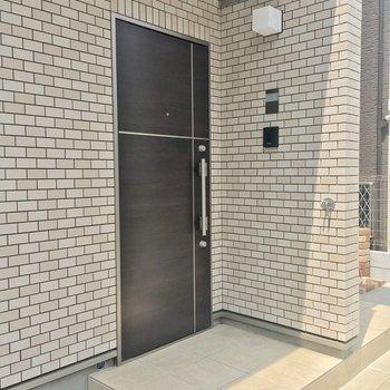 玄関前はテラスとの境がないので広めです。