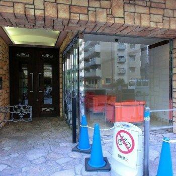 左側には駐輪スペース。入口もお洒落な装いです