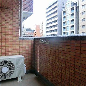 レンガ調の外壁がいい感じのベランダ※写真は同間取り別部屋のものです。