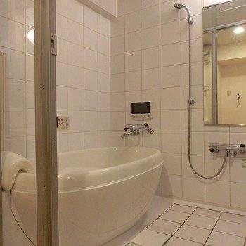 舟形のバスタブにはTV付き!透明扉です!※写真は同間取り別部屋のものです。