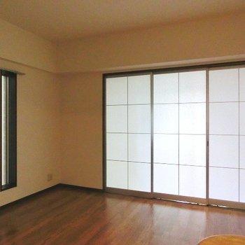 間仕切り扉を閉めるとこんな感じに光が漏れてきます※写真は同間取り別部屋のものです。