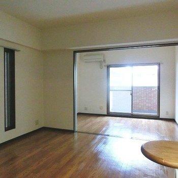 左側にも明りとりがある明るい室内※写真は同間取り別部屋のものです。
