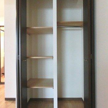 クローゼットには棚があり便利ですが少々小さめ※写真は同間取り別部屋のものです。