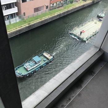 なんとなんと運搬船が!