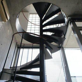 この螺旋階段を降りてきて、