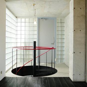 螺旋階段と玄関のモザイクタイルの主張を受け取って。