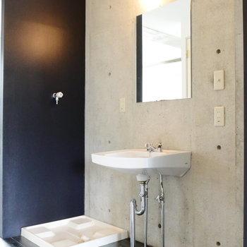 下階部に独立洗面台と洗濯機置場は脱衣スペースに。