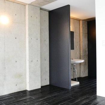 床材と、仕切りと、壁面の調和。