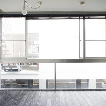奥に進んで。壁一面窓!床も張り替えられたばかりで気持ちいいんです。