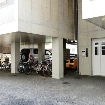 駐輪場も駐車場も。オートロック開いて、直接エレベーターへ。