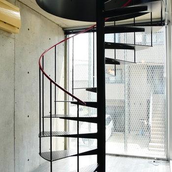 では、螺旋階段を昇って上階へ。