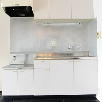 キッチンは2口ガスコンロ持込みで。スペースのゆとりあります。