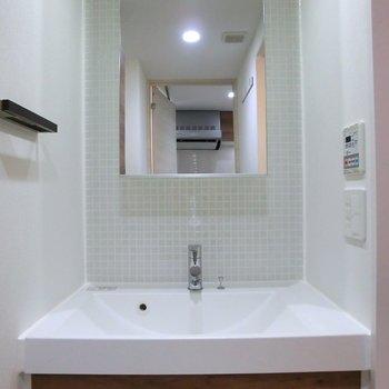 はめ込まれたようにぴったりサイズの洗面台※2階別部屋反転間取りの写真です。