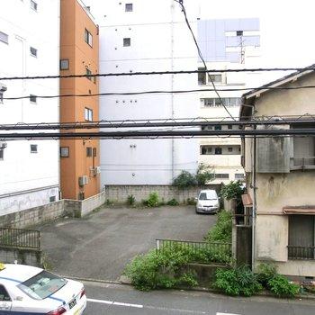大通りはすぐそこ。でも大通りに面してないのがグッド。※2階別部屋反転間取りの写真です。