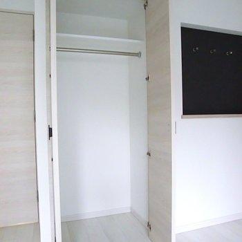 ここにメイン収納。小さめだけど、もう一つあるからいっか♪※2階別部屋反転間取りの写真です。