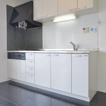 黒のフローリングに白いキッチンが映えます!