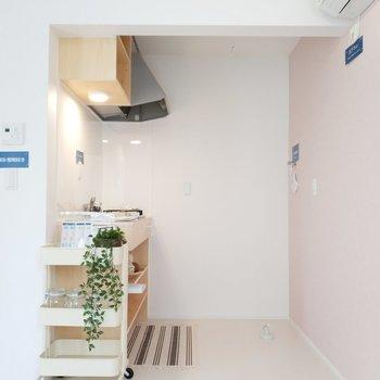 キッチンの後ろに幅があって使いやすそう。※1階別部屋反転似た間取りの写真です。
