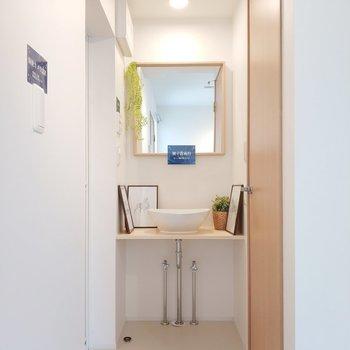 独立洗面台はシンプルに。※1階別部屋反転似た間取りの写真です。