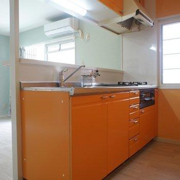 キッチンもオレンジで統一!