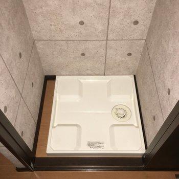 キッチン横、玄関横に洗濯機置場があります。ちゃんと隠せるようになってますから!※写真は1階別部屋反転似た間取りです。