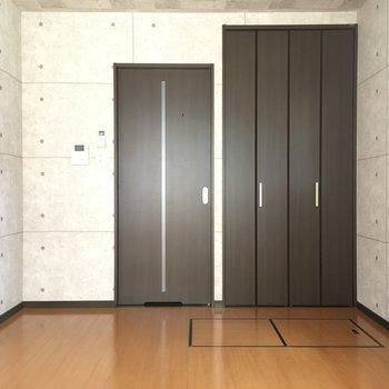 壁はコンクリ風で灰色。シックです。※写真は1階別部屋反転似た間取りです。